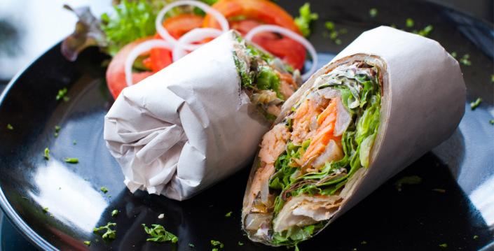 Wrap eller tortilla med laks og salat
