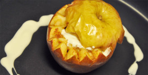 Eple som er ovnsbakt med kesam og søtning